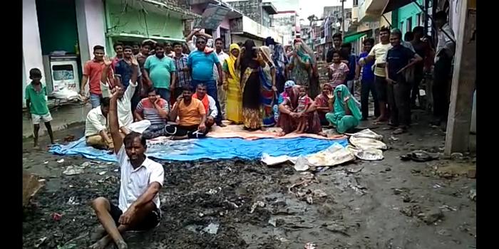 अलीगढ़-:अतरौली में सभासदों ने नगर पालिका परिषद अतरौली के खिलाफ कीचड़ में बैठकर धरना दिया
