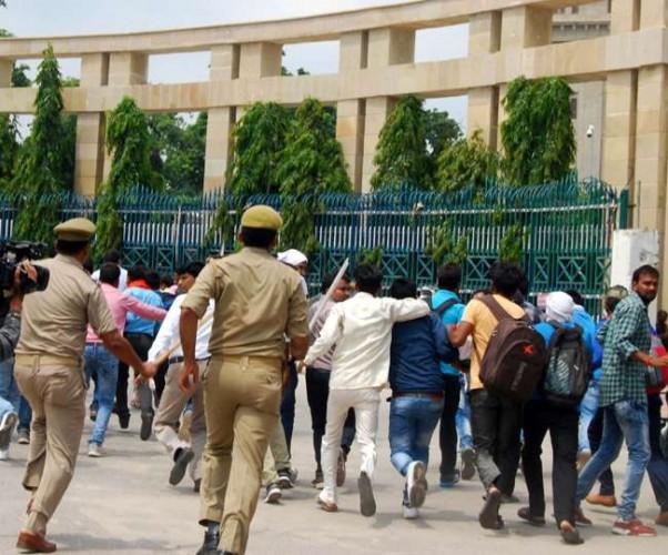 विधानसभा मार्ग स्थित भाजपा मुख्यालय पर बीटीसी प्रशिक्षुओं ने बेसिक शिक्षामंत्री का आवास घेरा, पुलिस ने लाठी लेकर दौड़ाया