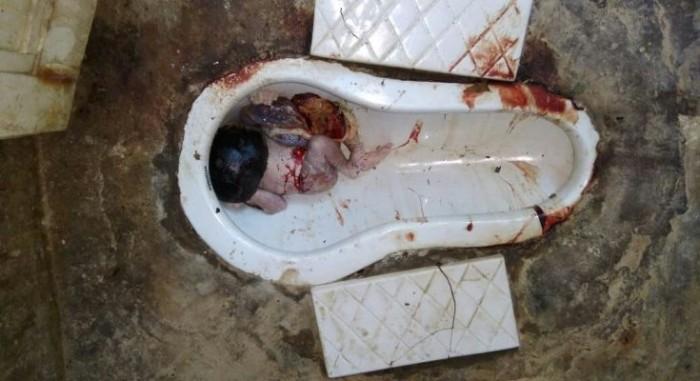 नवजात बच्चे को जन्म देकर रेलवे के शौचालय में छोड़ गई बेरहम माँ