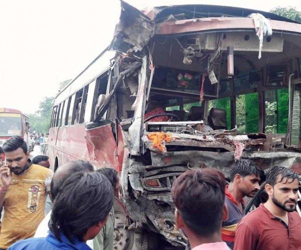 जिला अलीगढ मे बसों की भिड़ंत में दो शिक्षिकाओं सहित नौ की मौत