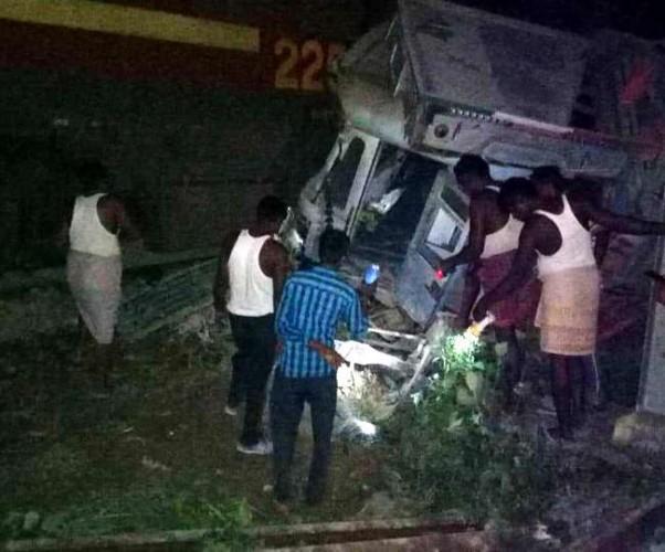 जनपद अमेठी में रेलवे क्रॉसिंग पर इंदौर पटना एक्सप्रेस से टकराया ट्रक