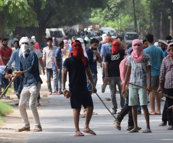 काशी हिंदू विश्वविद्यालय फिर सुलग उठा फोर्स की कमी से पुलिस अफसरों के पैर बंधे, छात्रों के उपद्रव के चलते पीछे हटना पड़ा