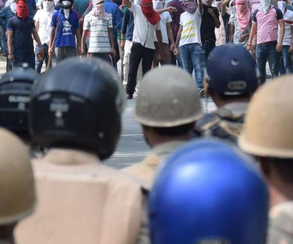 वाराणसी के बीएचयू में बवाल के दूसरे दिन छात्रों का धरना-प्रदर्शन, पूरे दिन तनाव पूर्ण शांति