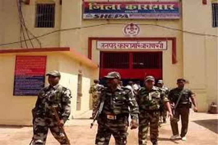 पूर्व डीजीपी सुलखान सिंह के नेतृत्व में गठित समिति ने अपनी रिपोर्ट में कहा बारूद के ढे़र पर उत्तर प्रदेश की जेलें, सीएम को सौंपी रिपोर्ट