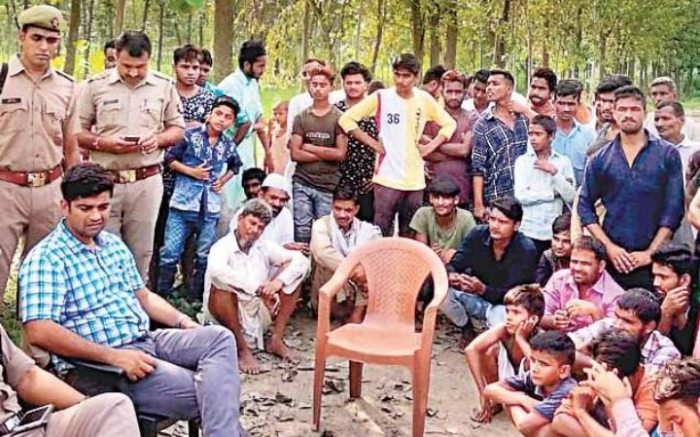 ग्राम काशीपुर आंगा में ग्रामीणों से वार्ता करते अफसर