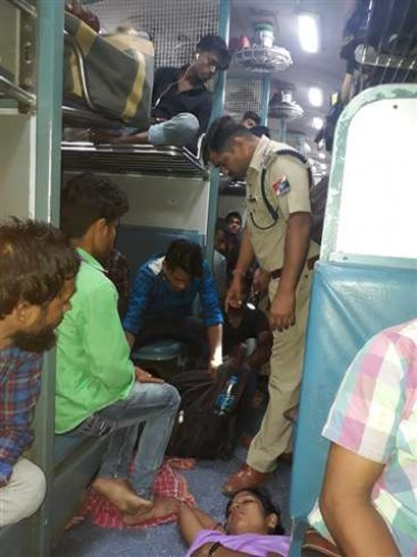 बांसडीह रोड-बलिया के मध्य सूटकेस में रखे मोबाइल में लगाया था अलार्म पुलिस ने फेंका ट्रेन से बाहर!