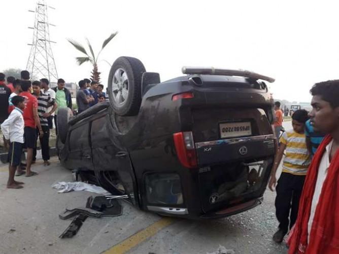 वाराणसी के हरहुआ में रिंग रोड पर डिवाइडर से टकराकर पलट गई कार, चार लोग हुए घायल
