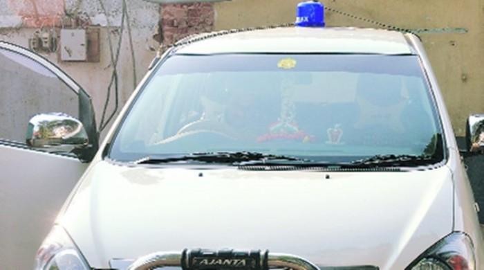 केंद्र सरकार के मना करने के बाद भी एक इंस्पेक्टर ने लगा रखी थी अपनी कार में नीली बत्ती