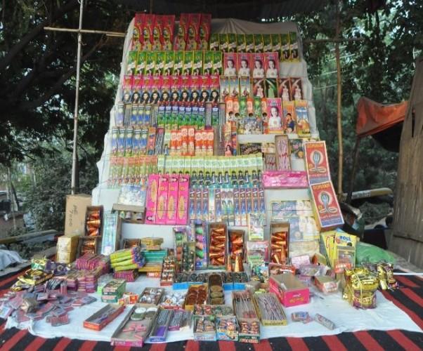 बारूद के ढेर पर नियम-कानून, फुटकर पटाखा दुकानों पर मानकों का उल्लंघन