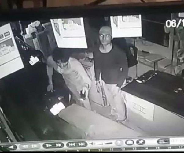 राजधानी मे छत काटकर शोरूम से की लाखों की चोरी, सीसी कैमरे में कैद