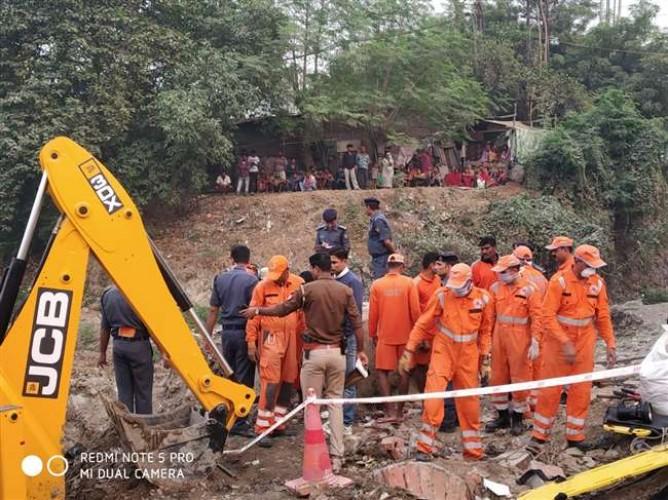 वाराणसी मे चौकाघाट पंपिंग स्टेशन के पास मेन होल में गिरकर मजदूर चाचा भतीजा की हुई मौत
