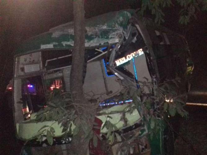 जिला बरेली में देर रात ट्रक से टकराई डबल डेकर बस खाई में गिरी, 50 लोग घायल
