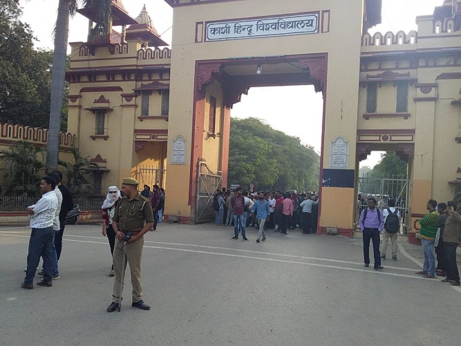 वाराणसी के बीएचयू में सिंहद्वार पर छात्रों का देर रात तक धरना, परीक्षा से वंचित करने का मामला