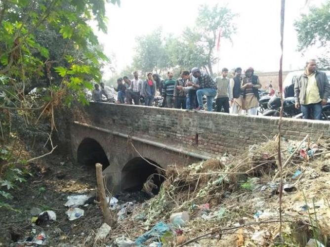 बिठूर के नारामऊ में मंदिर के पास नाले में मवेशियों के अवशेष मिलने से तनाव, माहौल बिगाडऩे का प्रयास