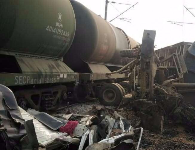 जिला उन्नाव के सहजनी क्रासिंग के पास पेट्रोल वैगन ट्रेन से टकराया डंपर, बड़ा हादसा टला