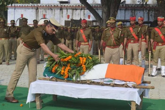 शहीद इंस्पेक्टर सुबोध कुमार सिंह  का अंतिम संस्कार पैतृक गांव में कई घंटे बाद हो सका