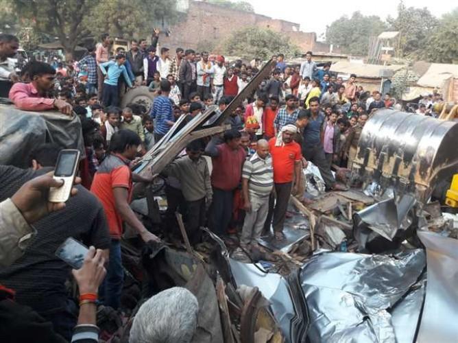 जिला मीरजापुर में चेचिस अलग होने से पलटा चद्दर लदा ट्रक, दो खलासी की हुई मौत