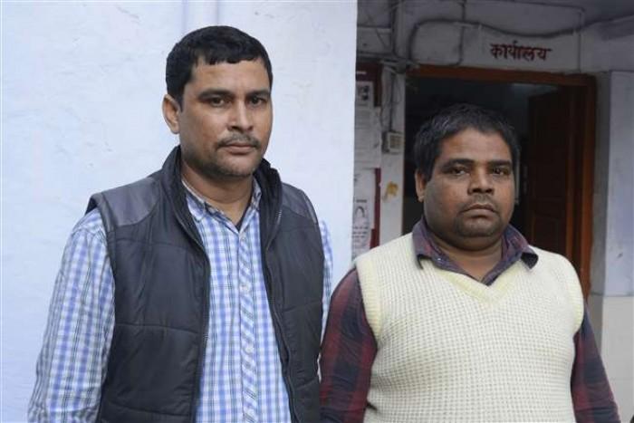 एसटीएफ ने बैंक कर्मी समेत तीन शातिरों को हमीरपुर व कानपुर से पकड़ा 203 चेकबुक, एक पिस्टल, कई बैंकों की मुहर बरामद