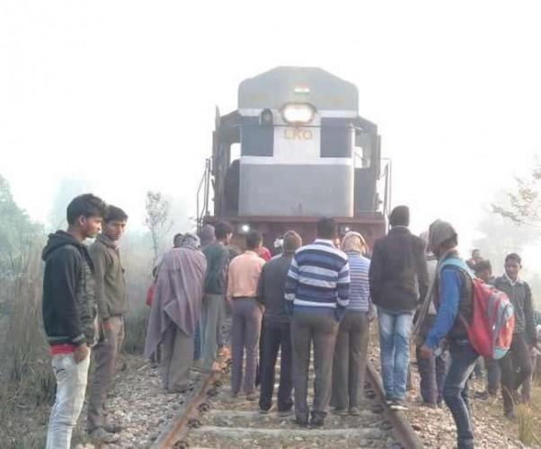 जिला गोरखपुर में रेलवे ट्रैक पर फंसी कार और सामने से आती नजर आई ट्रेन