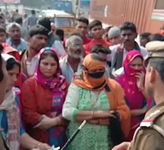 गोकुल वैराज पर गंदगी से परेशान महिलाओं ने लगाया जाम
