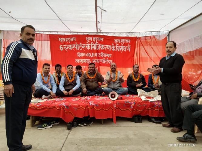 चौधरी चरणसिंह हवाईअड्डा,लखनऊ में भूख-हड़ताल का दूसरा दिन