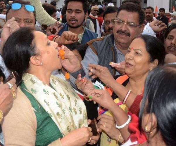 पांच राज्यों के चुनाव परिणामों से उत्तर प्रदेश कांग्रेस मुख्यालय पर कांग्रेसियों ने मनाया गया जश्न