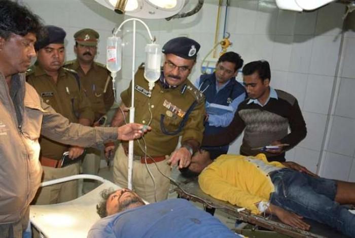 जिला आजमगढ़ में मुठभेड़ में दो इनामी बदमाश संग दीवान भी घायल, जिला अस्पताल रेफर