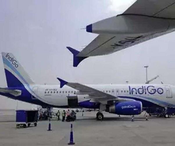 मुंबई से दिल्ली होकर लखनऊ आ रहे इंडिगो के विमान की रोकी गई उड़ान महिला यात्री ने तस्वीर दिखाकर कहा, विमान में बम है