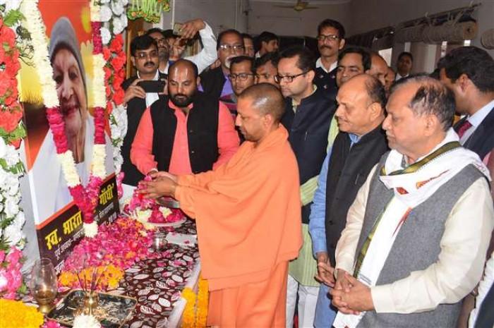 सीएम योगी आदित्यनाथ प्रतापगढ़ पहुंचे उन्होंने कैबिनेट मंत्री मोती सिंह के पिता को श्रद्धांजलि दी