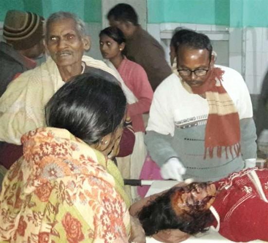 सोनभद्र मे तीर मारकर खेत में काम कर रही पत्नी को किया घायल, अस्पताल में हालत गंभीर