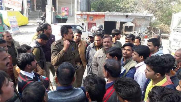 कानपुर मे पुलिस पिकेट प्वाइंट के पास इलेक्ट्रानिक्स शोरूम में लाखों की चोरी, व्यापारियों का गुस्सा फूटा