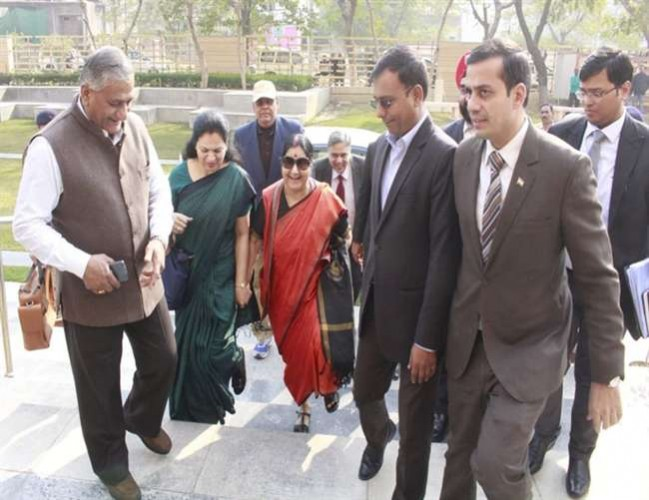 विदेश मंत्री सुषमा स्वराज वाराणसी पहुंचीं प्रवासी भारतीय सम्मेलन की तैयारी को अंतिम रूप देंगी
