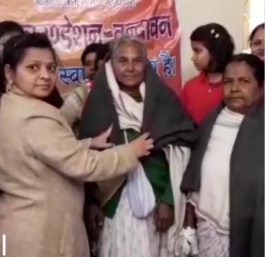 मथुरा के व्रन्दावन मैं संकल्प फाउंडेशन का सराहनीय कदम, वृद्ध विधवा माताओं को बांटा कंबल