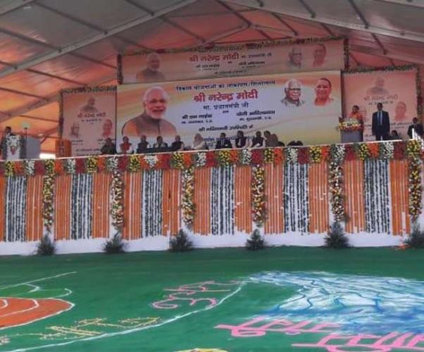 आगरा में प्रधानमंत्री नरेंद्र मोदी ने पांच हजार करोड़ की विकासपरक योजनाओं की सौगात दी