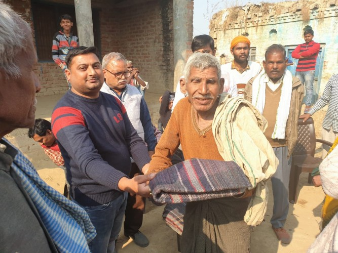 मोहनलालगंज क्षेत्र के अंतर्गत गोविंदपुर के दाउदपुर में समाजसेवी अंकुर द्विवेदी ने बाटे गरीबो को कम्बल