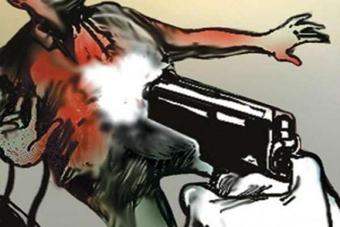 महोबा कोतवाली क्षेत्र  मे इतनी सी बात हुई और सेवानिवृत्त दारोगा ने पड़ोसी को मार दी गोली