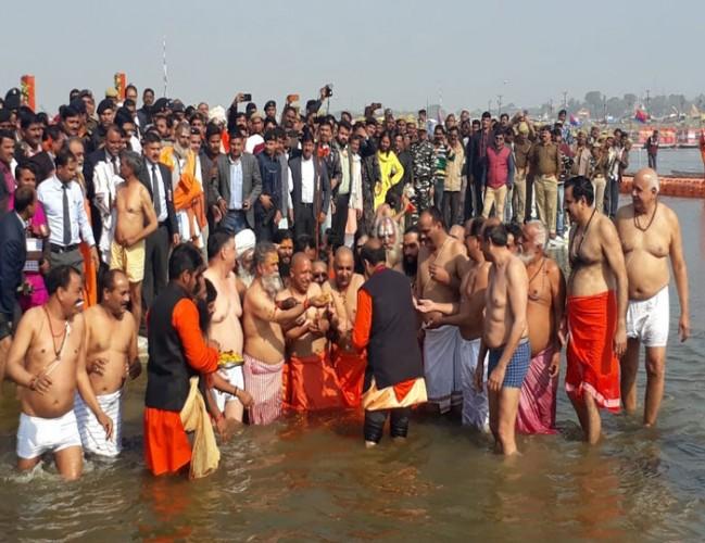 योगी आदित्यनाथ ने कैबिनेट के सहयोगियों के साथ किया संगम पर स्नान