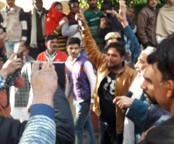 मुजफ्फरनगर के कवाल कांड में दोषियों को उम्रकैद की सजा सुनाए जाने के बाद कोर्ट के बाहर हंगामा