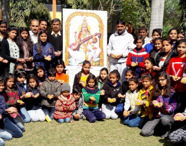मथुरा के सोंख मैं बाबा कढे़रा सिंह विद्या मंदिर में मनाई गई बसंत पंचमी