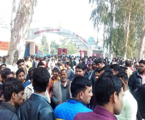 मथुरा के आसपास के गांवों मे पीएम सीएम की झलक पाने को बेताब भीड़ ने तोड़े गेट, पुलिस ने बरसाईंं लाठियां