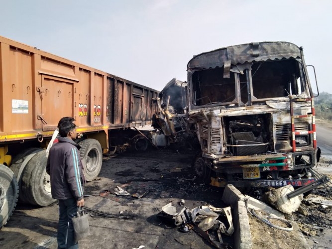 कानपुर हाईवे पर ट्रकों की भिड़ंत के बाद लगी आग, युवक की जलकर मौत