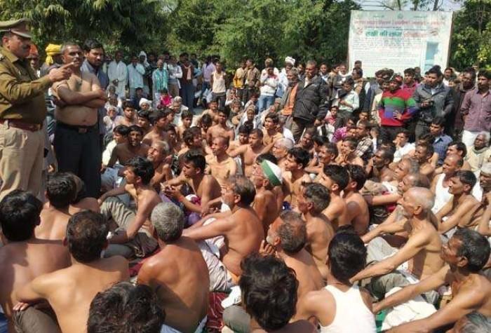 जिला हाथरस में भूख हड़ताल बैठे लोगों का सब्र टूटा, धनगर समाज का अर्द्घ नग्न प्रदर्शन