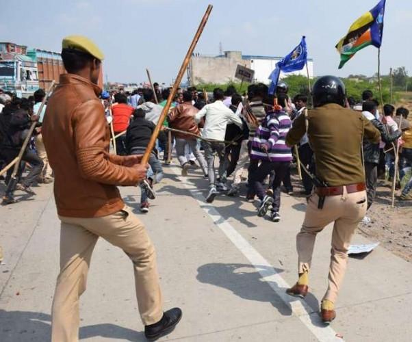 इटावा-कानपुर हाईवे पर ईवीएम हटाने की मांग लेकर हाईवे पर जाम, पथराव करते लोगों पर चलीं पुलिस की लाठियां