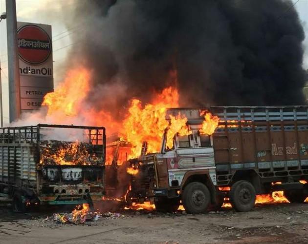 कानपुर बर्रा बाईपास के पास पेट्रोल पंप पर खड़े चार ट्रकों में लगी भीषण आग, एक घंटे तक दहशत में रहे लोग