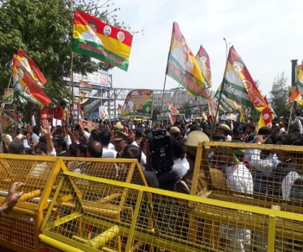 राजधानी लखनऊ में PSP के कार्यकर्ताओं का बिगड़ती कानून व्यवस्था को लेकर हल्ला बोल