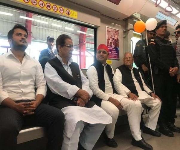 मेट्रो में अखिलेश यादव ने परिवार संग किया सफर, कहा- BJP जांच कराती रहेगी, सपा करेगी काम
