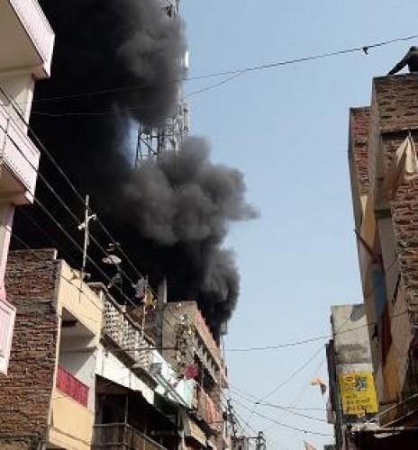 जिला भदोही में मकान के ऊपर बने टावर में आग से हड़कंप, घर के लोग सुरक्षित निकाले गए