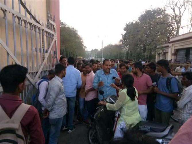 वाराणसी के बीएचयू में एक बार फिर छात्रों ने किया प्रदर्शन, बिरला हास्टल में देर शाम हुआ पथराव