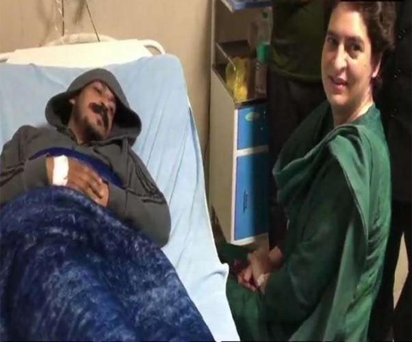 प्रियंका गांधी अस्पताल में भर्ती भीम आर्मी प्रमुख का हालचाल जानने पहुंचीं