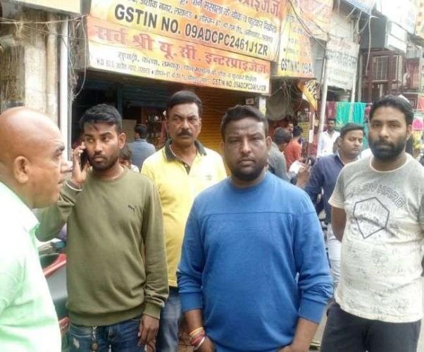 लखनऊ के अमीनाबाद में वाहन पार्किंग को लेकर व्यवसायी और संचालक भिड़े, हंगामा